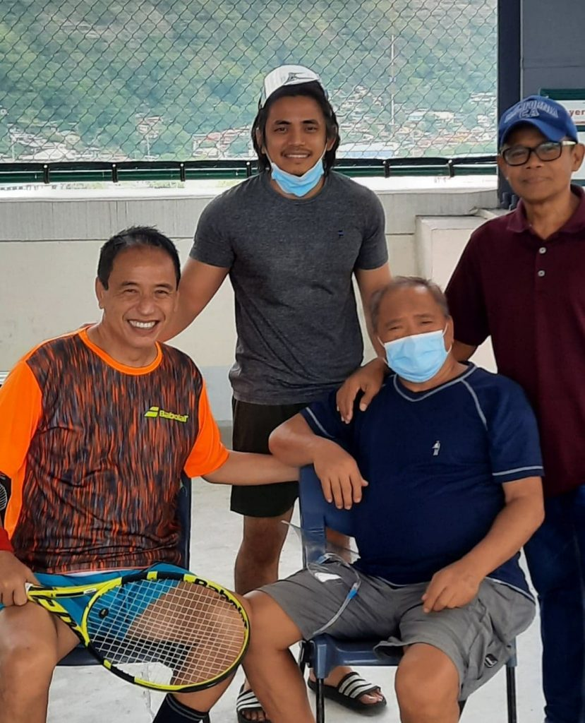 Abarientos with Johnny Air owner Johnny Valdes, son Veinjie and Judgment call at the SM Olongapo tennis courts.